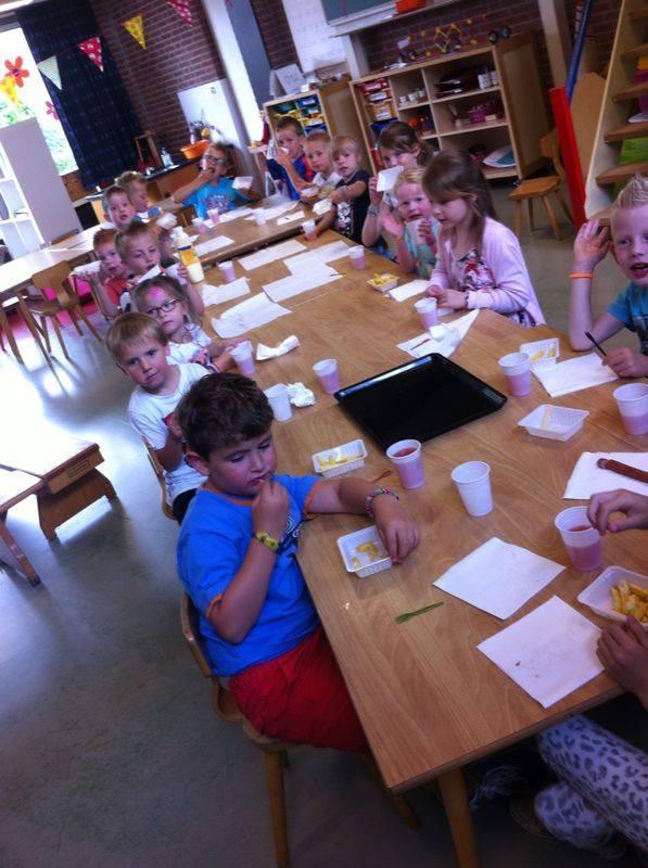 Frietjes serveren basisschool de driehoek Aerdt.
