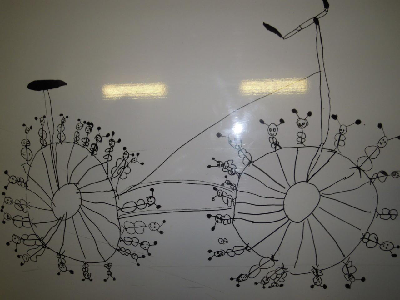 Fahrräder in unterschiedlichen Materialien im Bahnhofsdurchgang. Darstellung der 100 Sprachen. Dieses Fahrrad entstand nach dem Vorbild der Farfalle- Nudel oder Schmetterlingsnudeln genannt.