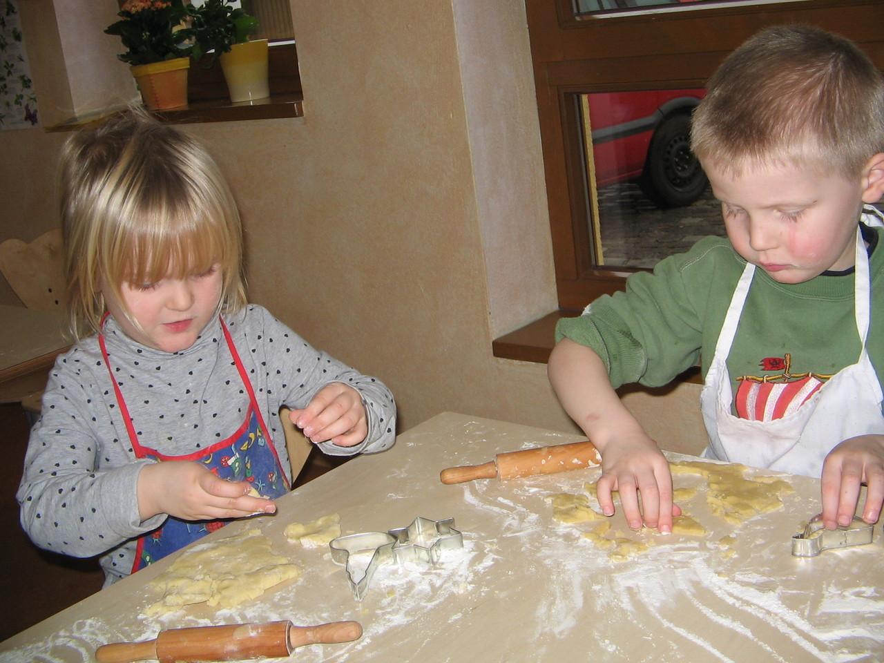 Wir backen ganz oft Plätzchen, Kuchen oder sogar echte Muffins.