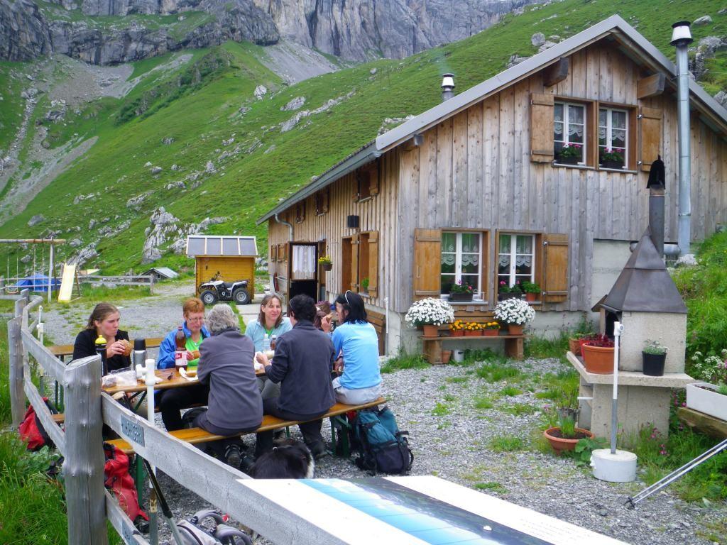 Alp Stafel, Mittagspause, Tischgarnitur wird extra aufgestellt