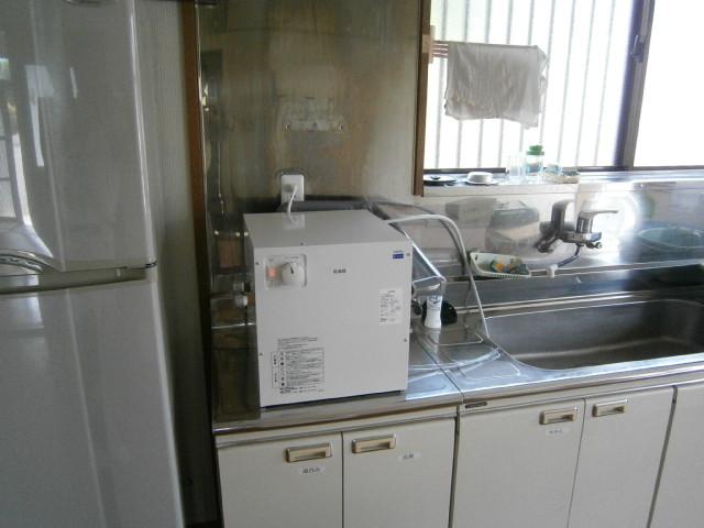 小型の【電気温水器】に、取り換え。