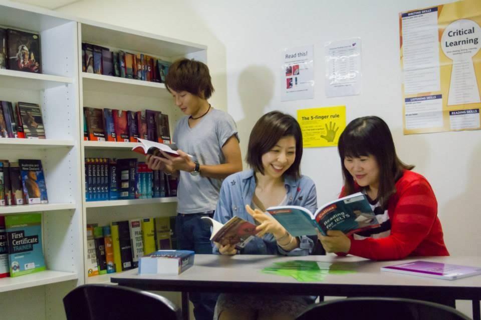 フュージョン・イングリッシュ(ブリスベン校) 図書室にて自習の時間