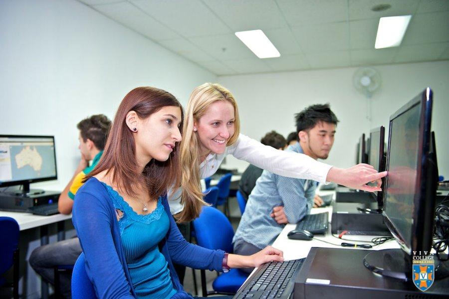 ビバ・カレッジ コンピュータールームでの授業風景