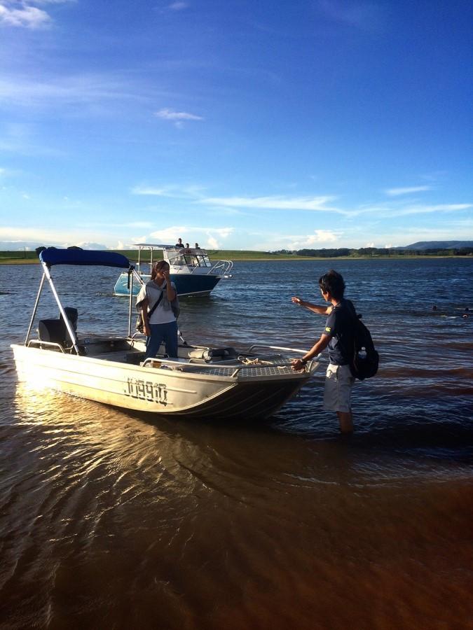 ファームがお休みの日には、ティナルー湖に魚釣りに出かけたりもしました