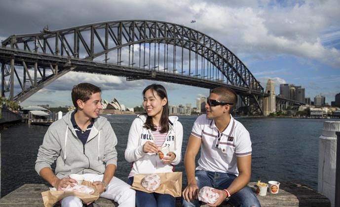 エンバシー・イングリッシュ(シドニー校) ハーバーブリッジをバックに昼食