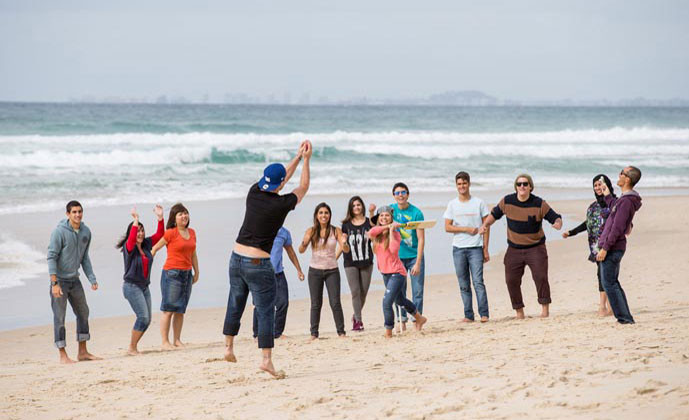 エンバシー・イングリッシュ(サーファーズパラダイス校) ビーチで遊ぶ留学生たち