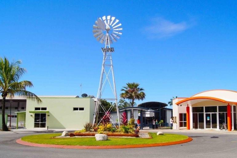 サン・パシフィック・カレッジ トレードマークのWindmill 風車 学校外観