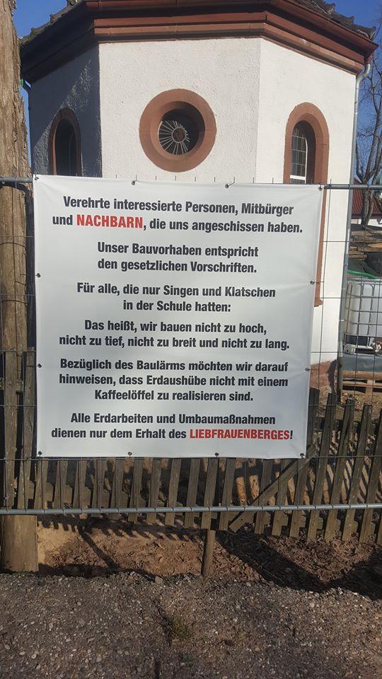 Ein Bauschild am Liebfrauenberg in Bad Bergzabern (Foto: Früherwisser Media)