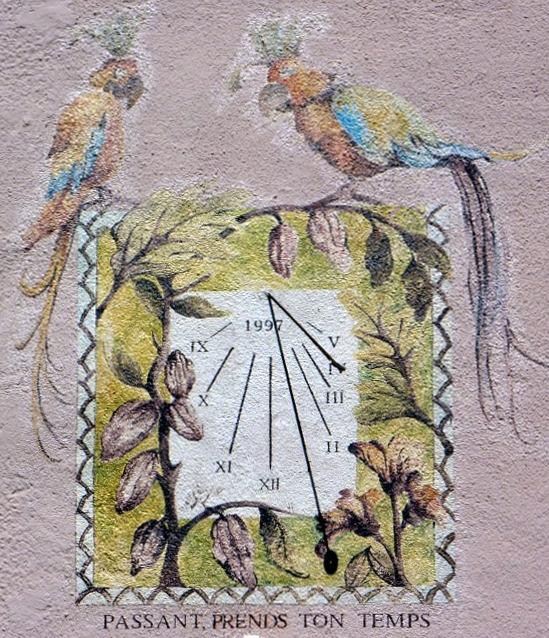 Hauteville-Lompnès : 60 rue de la République chocolaterie. Cadran déclinant de l'après-midi gravé et peint sur le mur lignes chiffrées en bout, large bordure avec décor style polaire