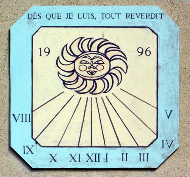 Hauteville-Lompnès : à La Praille route du col de la Rochette, gîte-auberge Reverdy. Cadran déclinant de l'après-midi gravé et peint sur panneau lignes chiffrées dans bandeaux, style polaire terminé par un disque