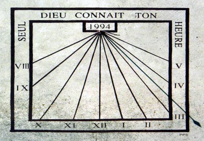 Corcelles : Eglise - sous le clocher. Cadran déclinant de l'après-midi, gravé et peint sur enduit lignes chiffrées dans bandeaux, style polaire lancéolé