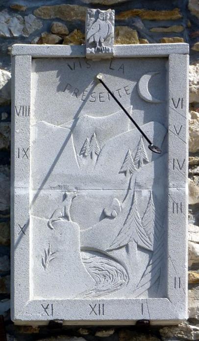 Hauteville-Lompnès : 265 rue des Violettes. Cadran fantaisiste, sculpté en relief, pas de lignes, chiffres dans bordure, style polaire terminé par une spatule