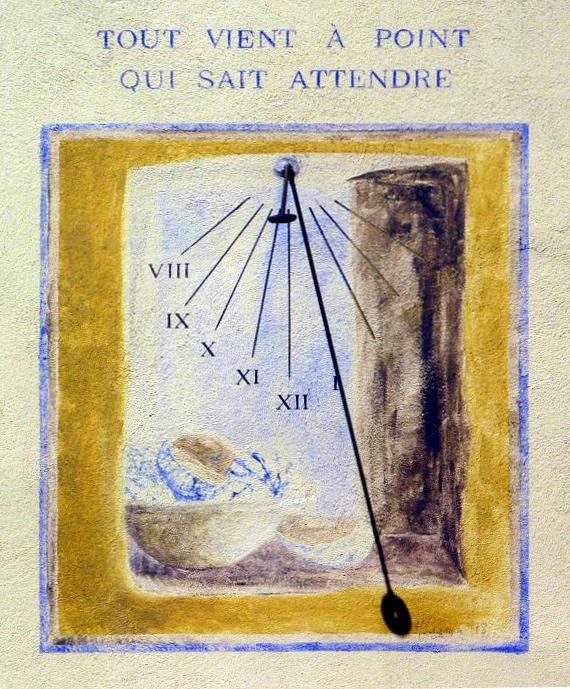 Hauteville-Lompnès : 305 rue de la République Hôtel Le Provencal. Cadran légèrement déclinant du matin, peint sur crépi, lignes chiffrées en bout, décor central, style polaire terminé par une spatule
