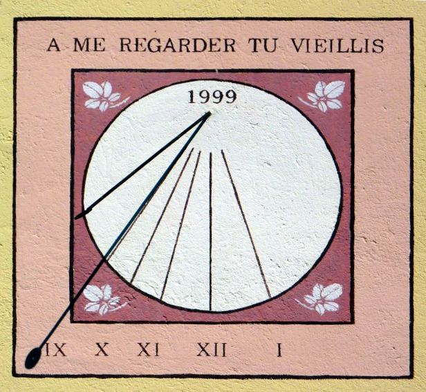 Hauteville-Lompnès : 61 rue Viallaz immeuble ALATFA. Cadran déclinant du matin, gravé et peint sur mur lignes limitées au cercle, chiffres dans bandeau inférieur style polaire terminé par disque