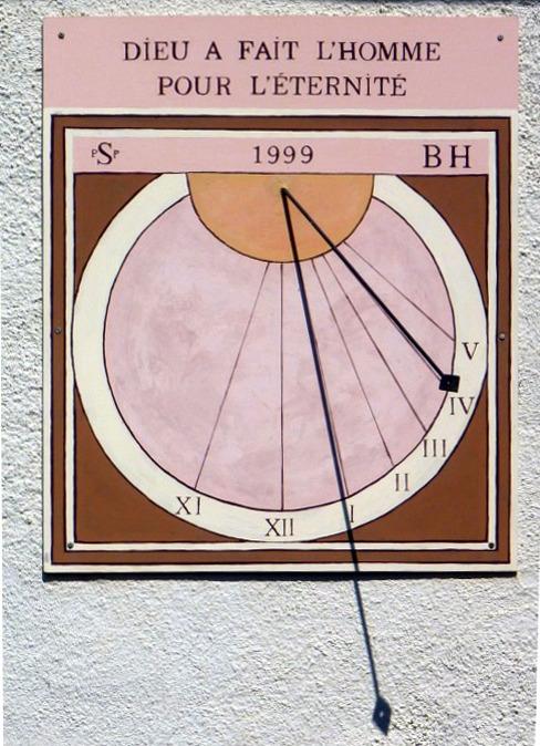 Hauteville-Lompnès : Place du Docteur Rougy maison Bernard Hugon. Cadran déclinant de l'après-midi, gravé et peint sur panneau, lignes chiffrées dans couronne, style polaire lancéolé, oeilleton