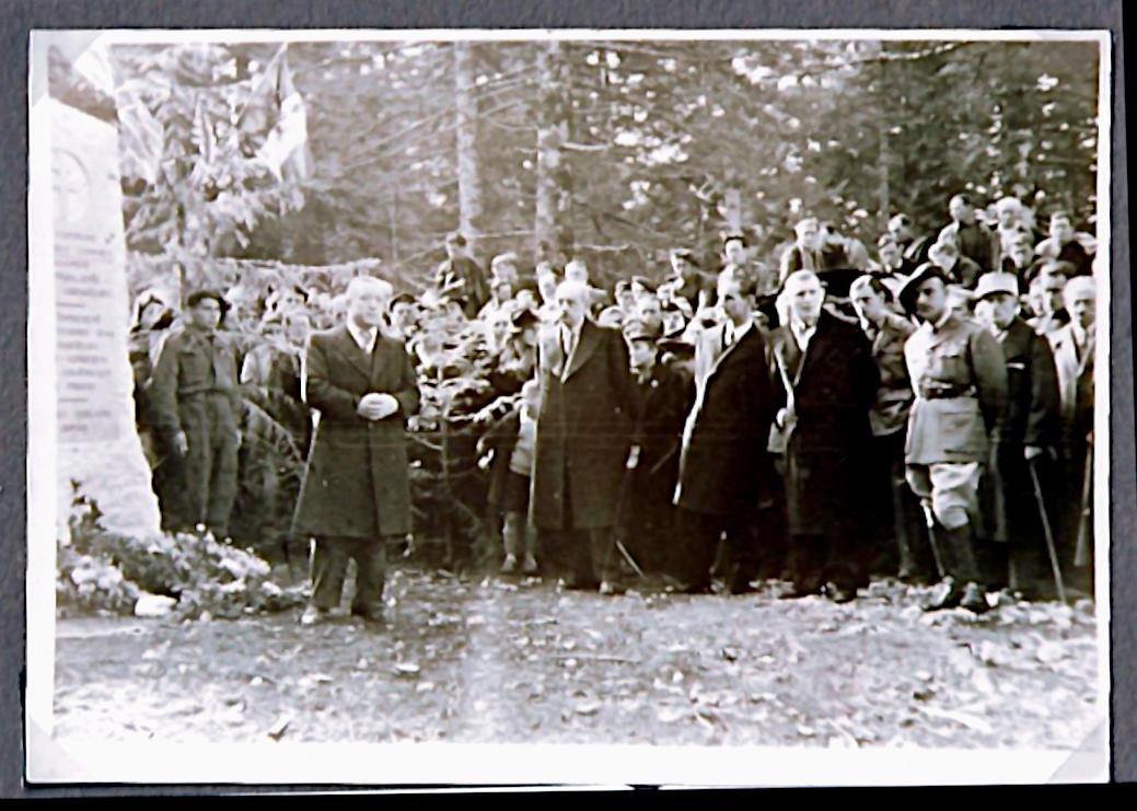 1946 : Inauguration de la stèle des aviateurs. Le colonel Romans-Petit prononce son discours