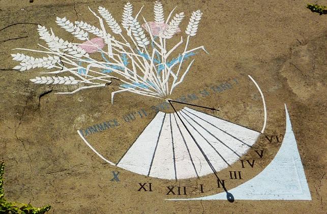 Champdor : café Guy 190 rue Lachat. Cadran déclinant de l'après-midi, gravé et peint sur le mur semi-circulaire, lignes limitées à un bandeau arqué contenant les chiffres style polaire fléché