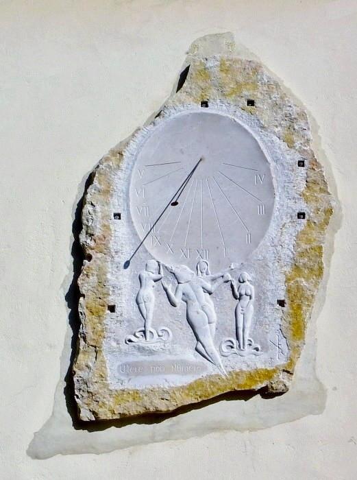 """Hauteville-Lompnès : 645 rue des Fontanettes docteur Virard. Cadran déclinant du matin gravé sur pierre, lignes chiffrées en bout, style polaire terminé par un disque. Devise : """"Utere non numera"""" """"Profites-en, ne les compte pas"""""""