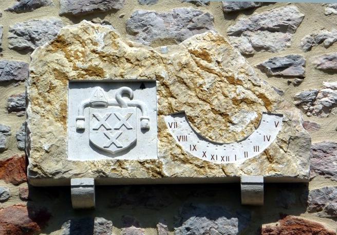 Cormaranche-en-Bugey : Vaux-St-Sulpice Impasse du Cloiset. Cadran gravé sur un bloc de pierre, à côté d'un blason