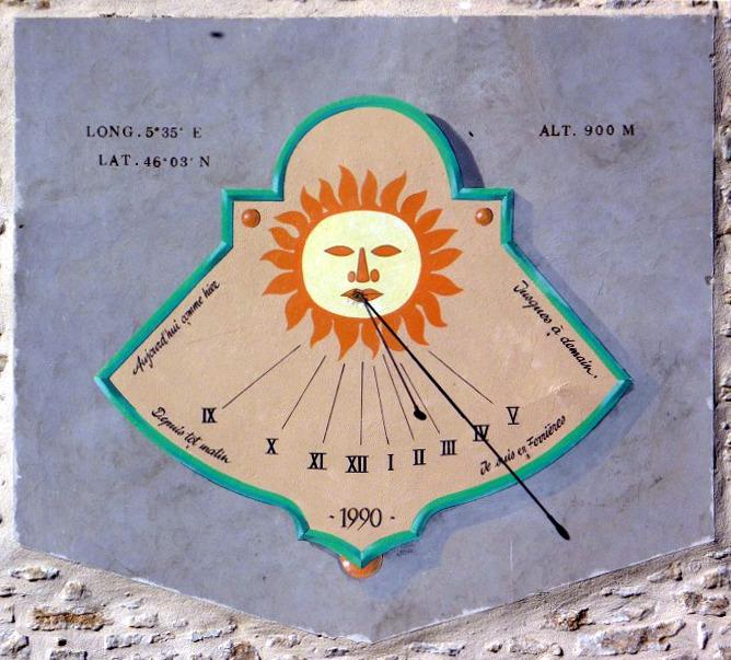 Corcelles : Ferrière - M. PP Struye. Cadran déclinant de l'après-midi gravé et peint sur enduit, lignes chiffrées en bout, style polaire issu de la bouche d'un soleil humanisé
