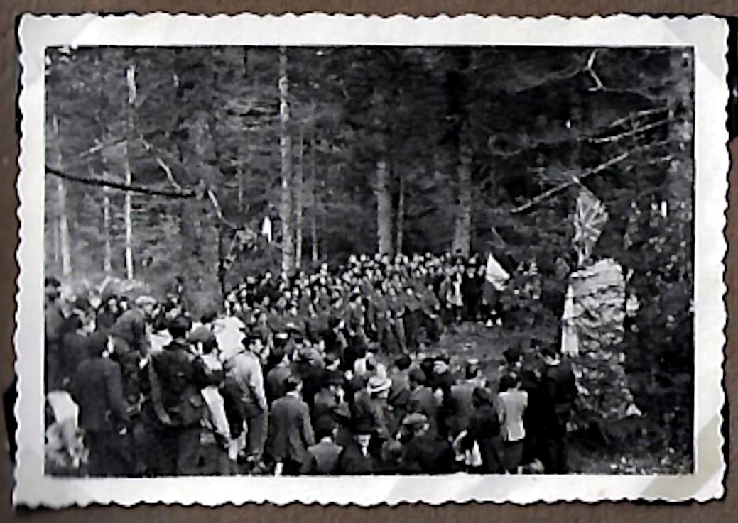 1946. Inauguration de la stèle des aviateurs. La foule lors de la cérémonie