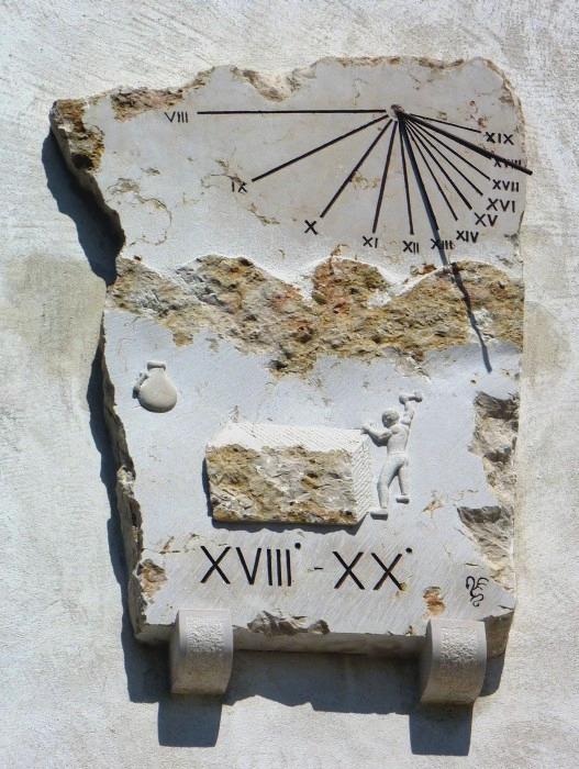 Hauteville-Lompnès : 208 rue Miguet immeuble Pesenti. Cadran déclinant de l'après-midi, gravé et peint sur pierre lignes chiffrées en bout, décoré d'un tailleur de pierre style polaire