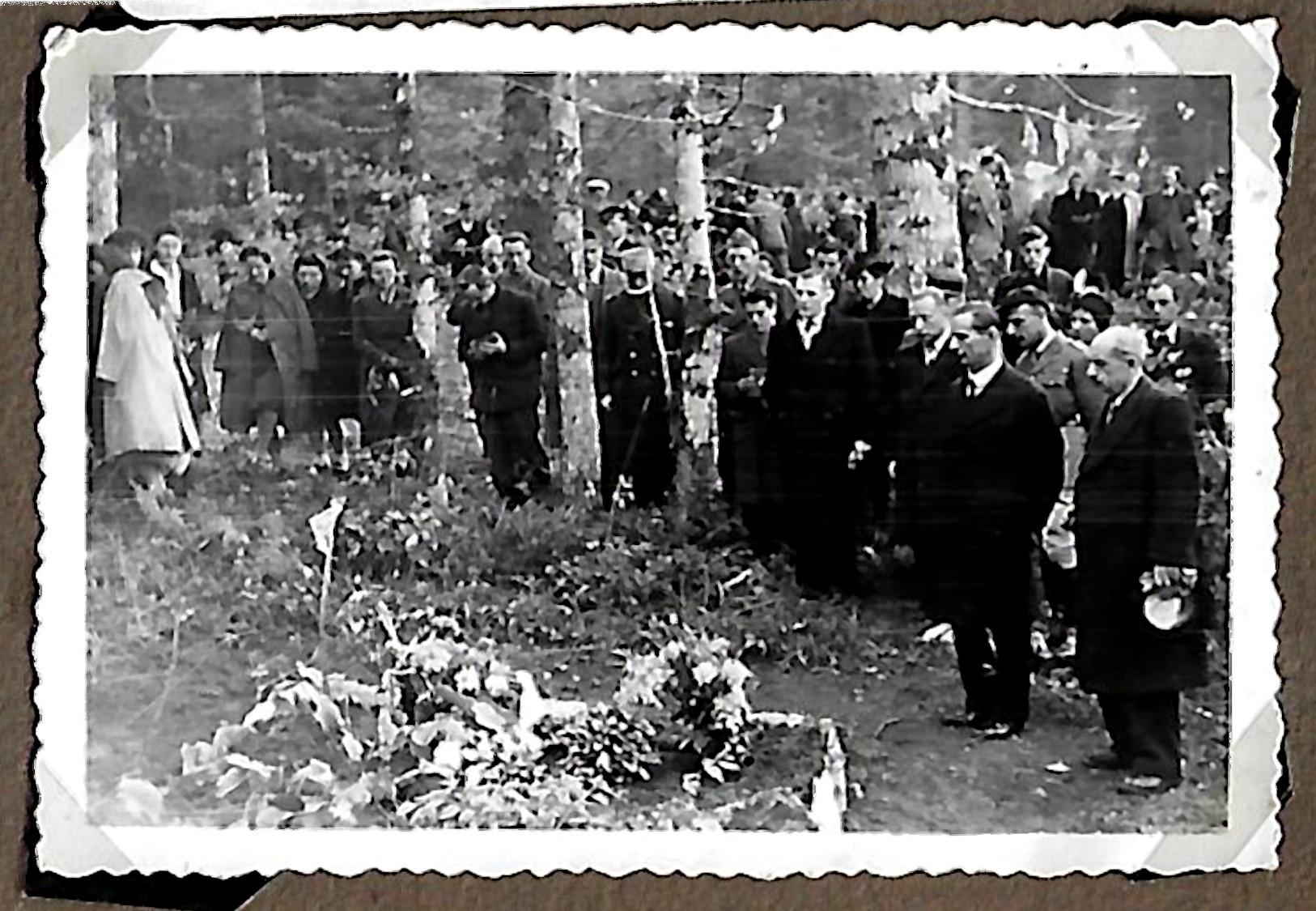 1946. Inauguration de la stèle des aviateurs. La minute de silence
