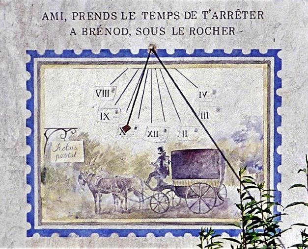 Brénod : 50 rue de Suirand sous le Rocher, maison Barbier. Cadran méridional, gravé et peint sur mur lignes chiffrées en bout dans des enveloppes décor constitué d'une diligence style polaire fléché.