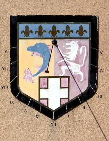 Brénod : gendarmerie. cadran peu déclinant du matin, gravé et peint sur crépi en forme d'écusson, courtes lignes dans bordure, chiffres, armoiries style polaire terminé par rondelle