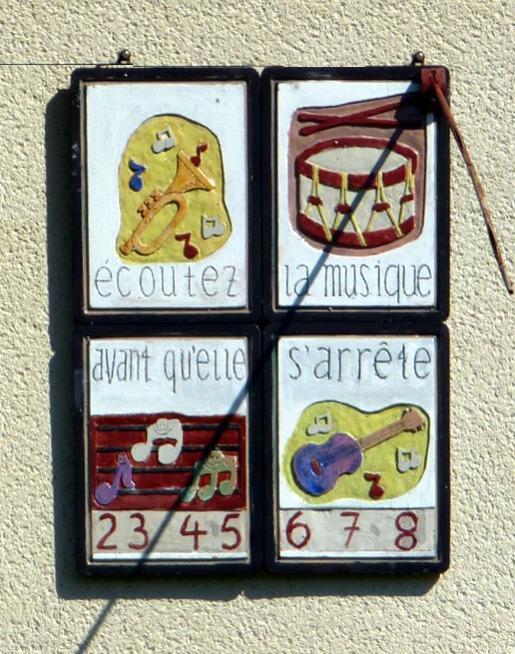 Brénod : lotissement. Cadran déclinant de l'après-midi constitué de quatres carreaux de céramique décor : instruments de musique