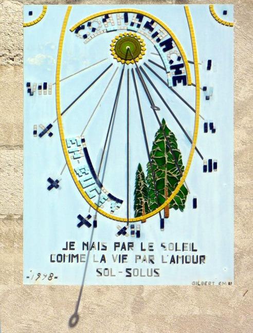Cormaranche-en-Bugey : Mairie. Cadran déclinant de l'après-midi, en mosaïque lignes chiffrées en bout, style polaire issu d'un soleil