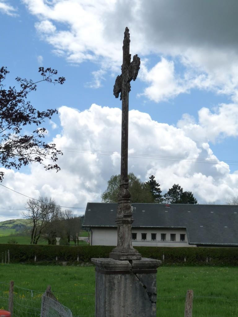Croix à l'entrée de Corlier