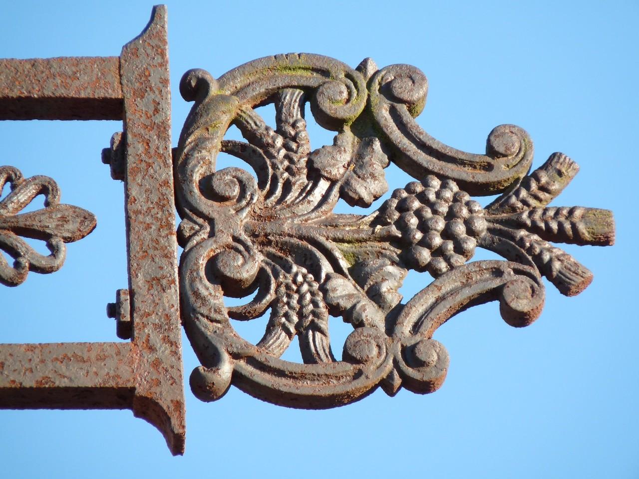 Croix ouvragée au cimetière de Hauteville