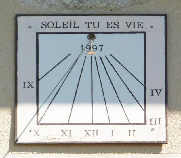 Hauteville-Lompnès : Lacoux maison forte César Billon, gîtes de France. Cadran déclinant de l'après-midi gravé et peint sur plaque lignes chiffrées dans bandeau style polaire, rondelle