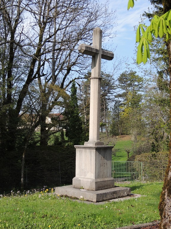 Croix de mission (JMJ ?) qui domine l'entrée du parc du Pontet côté Lompnes