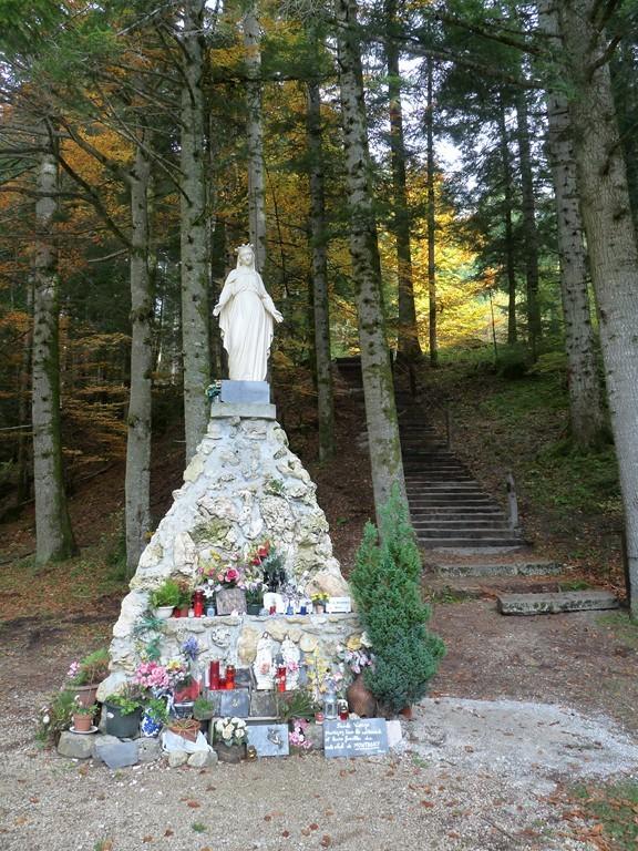 Vierge de l'esplanade de Notre Dame de Mazières à la fin de l'été