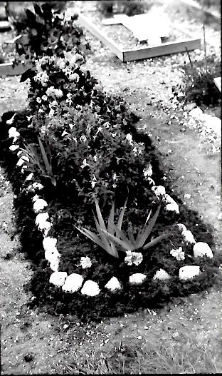 Tombe de l'un des aviateurs au cimetière d'Hauteville