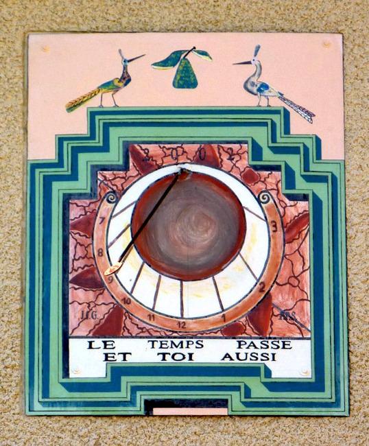 """Brénod : résidence """"Le Bon Gîte"""". Cadran déclinant du matin, peint sur panneau lignes chiffrées dans bandeaux style polaire, pastille, daté 2002. Imitation du style de Zarbula"""
