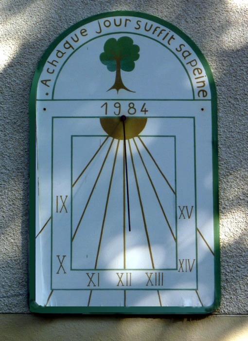 Hauteville-Lompnès : maison forestière des Fontanettes. Cadran légèrement déclinant de l'après-midi peint sur panneau, lignes, chiffres dans bandeaux, style polaire