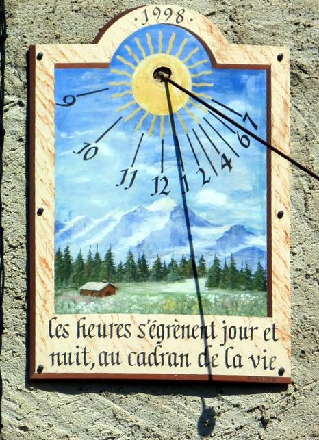 Hauteville-Lompnès : 450 rue Viallaz maison Carrel. Cadran déclinant de l'après-midi, peint sur panneau longues et courtes lignes, chiffres, long style polaire terminé par une spatule