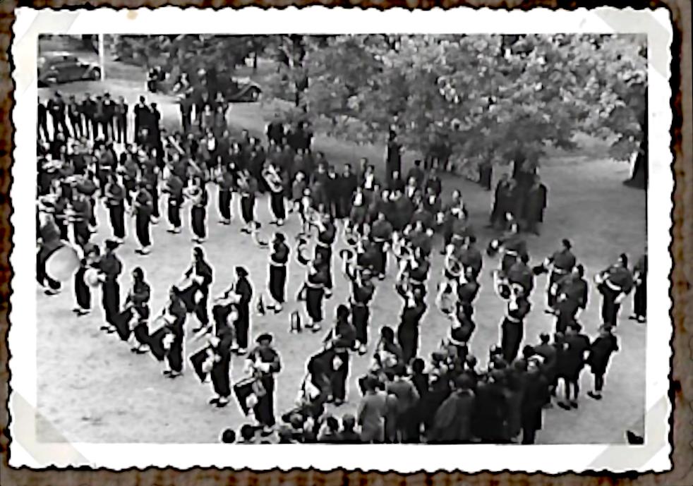 1946. Inauguration de la stèle :  La musique militaire joue sur la place d'Hauteville