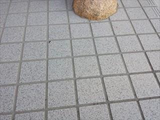 玄関タイル滑り防止作業