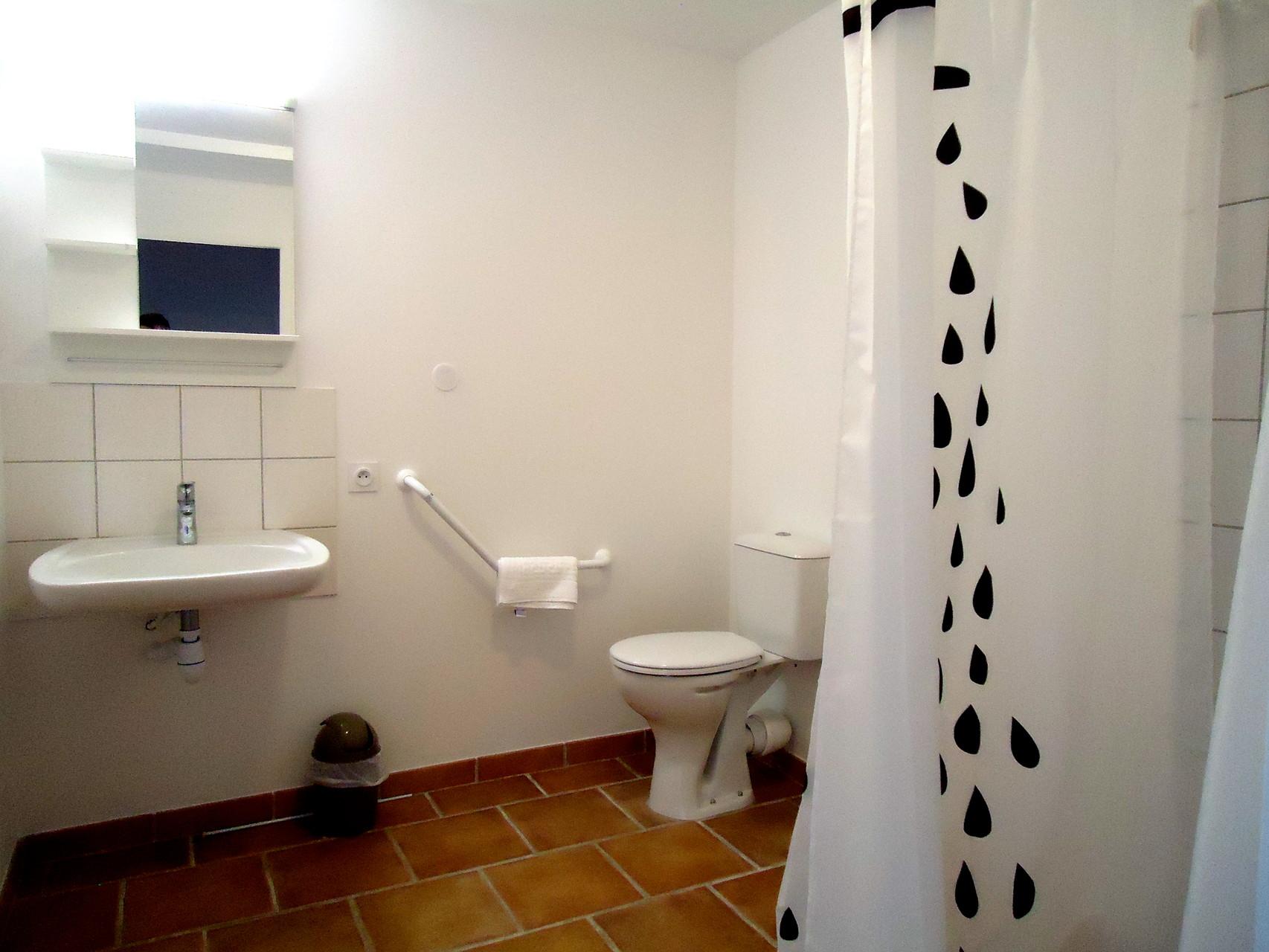 salle de douche et wc PMR