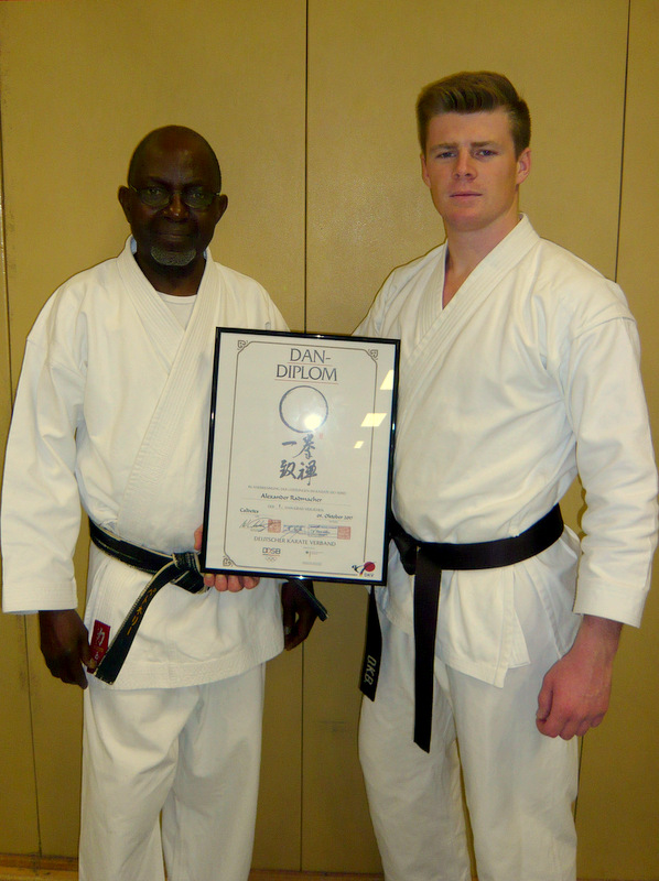 Alexander mit seinem Trainer George nach der Prüfung zum 1. Dan