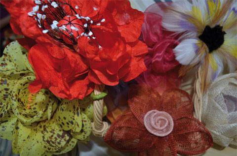 fleurs en soie, plumes et sisal