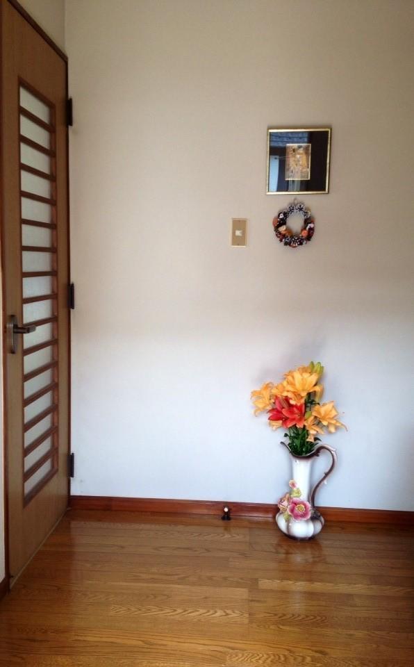 玄関~左手ドアがレッスン室です。右手にトイレと洗面所があります。