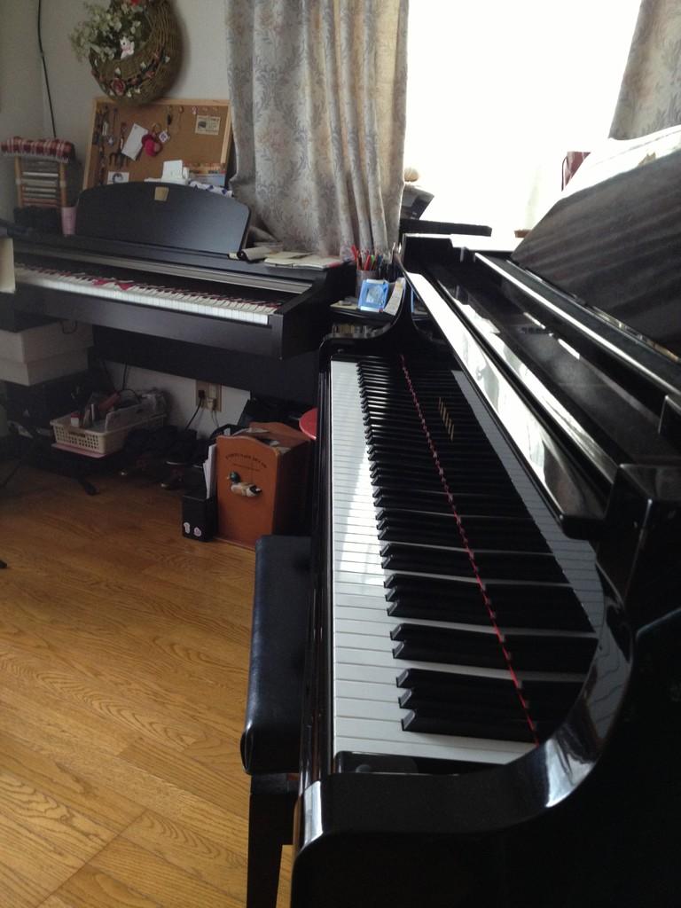 レッスンで使用しているグランドピアノと電子ピアノ