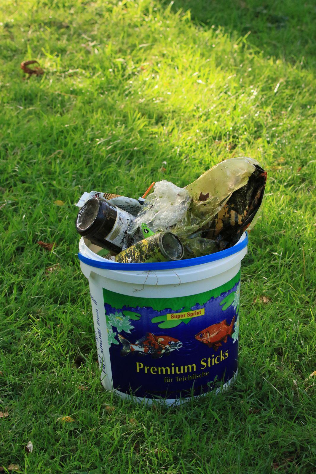 Mehrere Eimer mit Müll kamen zusammen.