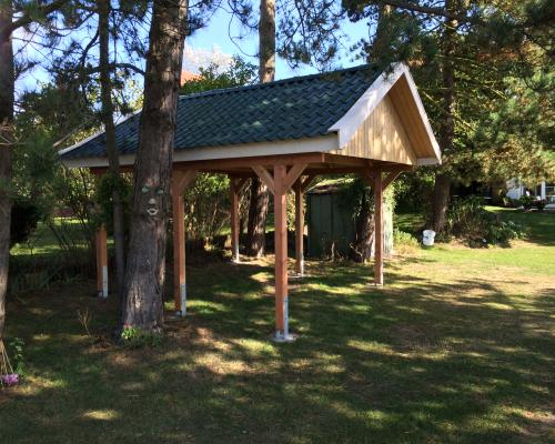 Carport mit Satteldach und einer Blecheindeckung in Pfannenoptik