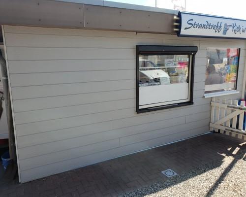 Nachher: Fassade mit hellen modernen Cedral Click Faserzementbrettern